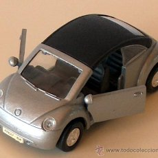 Coches a escala: VOLKSWAGEN NEW BEETLE CABRIO PLATA 11,30 CM VW ESCARABAJO KÄFER DESCAPOTABLE. Lote 36480940