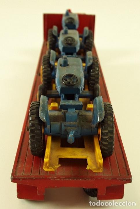 Coches a escala: CAMIÓN FORD CON REMOLQUE TRANSPORTANDO 3 TRACTORES. MATCHBOX. REINO UNIDO. CIRCA 1960. - Foto 6 - 90732730