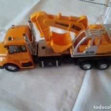 Coches a escala: 132-CAMION CON PALA EXCAVADORA, METAL Y PVC. Lote 111502571