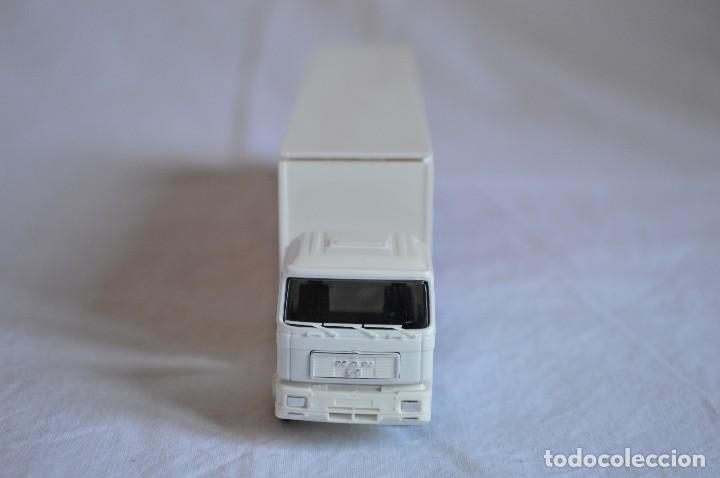 Coches a escala: Camión con semirremolque Man LKW F90. Jabobs café. Esc. 1/87. Albedo. romanjuguetesymas. - Foto 6 - 118824971