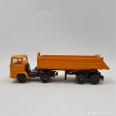 Coches a escala: WIKING 677 VOLQUETE MB LPS 1317 1975 - 1977 NARANJA ESCALA 1/87 H0 (0332). Lote 135478838