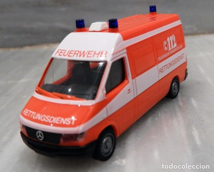Coches a escala: AMBULANCIA 112 - MERCEDES ALEMANA - SERVICIOS DE EMERGENCIAS - HERPA 1/87 - Foto 3 - 147767430