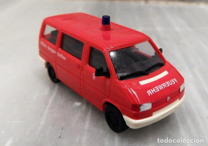 AMBULANCIA VW T4 CARAVELLE FEUERWEHR 1/87 - HERPA (Juguetes - Coches a Escala Otras Escalas )