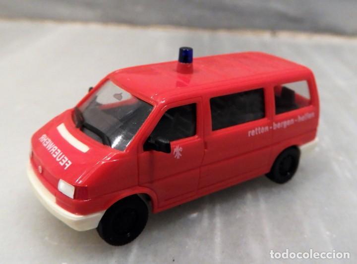 Coches a escala: AMBULANCIA VW T4 CARAVELLE FEUERWEHR 1/87 - HERPA - Foto 2 - 147774194