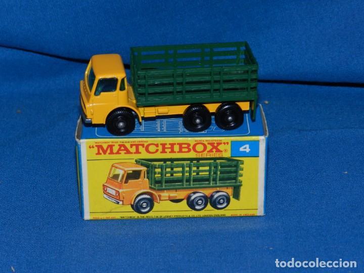 (M) MATCHBOX SERIES 4 STAKE TRUCK CON CAJA, BUEN ESTADO (Juguetes - Coches a Escala Otras Escalas )