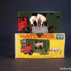 Coches a escala: MATCHBOX SERIES. Nº 17. HORSE BOX. MADE IN ENGLAND. 33 G. 7 CM. ESTADO 9 SOBRE 10.. Lote 178219391