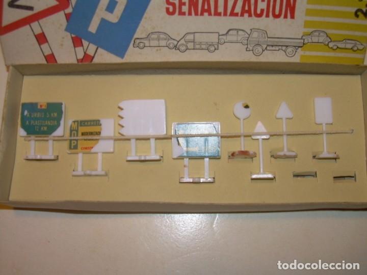 Coches a escala: CAJA MINI CARS ANGUPLAS CON SEÑALES DE TRAFICO. - Foto 2 - 181559135