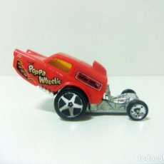Coches a escala: HW POPPA WHEELIE - HOT WHEELS 2014 BDC90 MATTEL © 2013 ESCALA 1:64 COCHE ROJO SIMILAR RELIANT REGAL. Lote 194338492