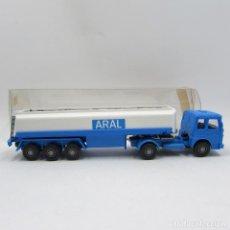Coches a escala: WIKING 801 MAN F80 CISTERNA TRES EJES (ARAL) ESCALA 1/87 H0 (2607). Lote 194748342