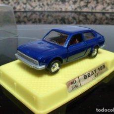 Coches a escala: SEAT 128 3P 1/64 DE JUGUETES MIRA CHASIS METALICO NUEVO CON SU CAJA. Lote 196315441