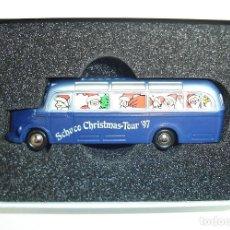 Coches a escala: AUTOBUS MERDECES BENZ 3500 CHRISTMAS TOUR SCHUCO PICCOLO ESCALA 1:90. Lote 221944880