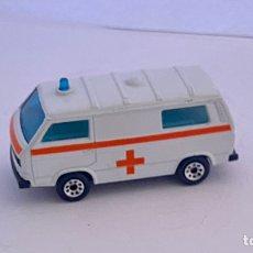 Auto in scala: AMBULANCIA MATCHBOX VOLKSWAGEN TRANSPORTER 1987. Lote 241170740