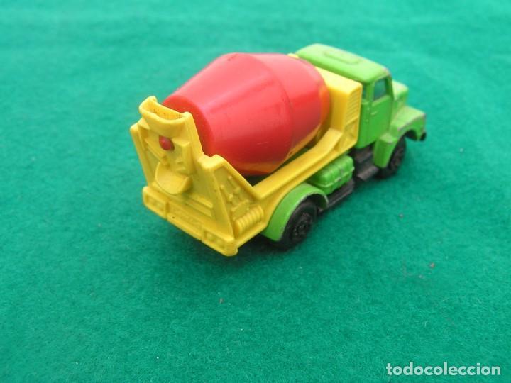Coches a escala: Camión Volvo modalidad hormigonera de la marca Guisval. Made in Spain. ¿Años 80? Defecto: ventanilla - Foto 2 - 245072810