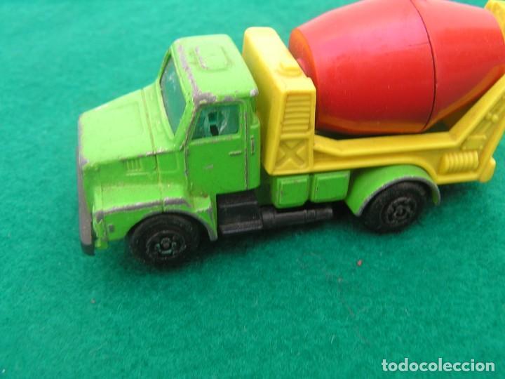 Coches a escala: Camión Volvo modalidad hormigonera de la marca Guisval. Made in Spain. ¿Años 80? Defecto: ventanilla - Foto 4 - 245072810