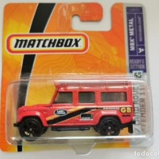 Auto in scala: LAND ROVER DEFENDER 110 1/64 MATCHBOX. Lote 256110195