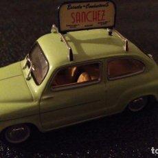 Coches: SEAT 600-D, SÓLIDO, ESCALA 1/43. MODELO 1968 AUTOESCUELA.. Lote 155817070