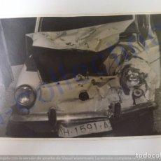 Coches: FOTOGRAFÍA ANTIGUA. SEAT 600 ACCIDENTADO. (14 CM X 9 CM).. Lote 168810284