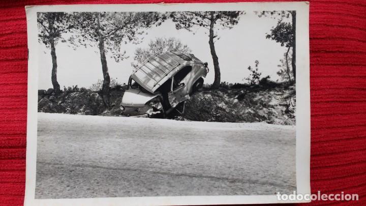 DOS FOTOS DE UN SEAT 600 ACCIDENTADO. AÑOS 60-70. MUY CURIOSAS (Coches y Motocicletas - Coches Clásicos (a partir de 1.940))
