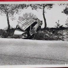 Coches: DOS FOTOS DE UN SEAT 600 ACCIDENTADO. AÑOS 60-70. MUY CURIOSAS. Lote 261590580