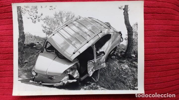 Coches: DOS FOTOS DE UN SEAT 600 ACCIDENTADO. AÑOS 60-70. MUY CURIOSAS - Foto 2 - 261590580