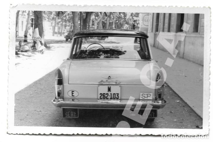 Coches: LOTE 2 FOTOGRAFÍAS 14 X 9 CM SEAT 1500 MATRÍCULA MADRID AÑOS 60 SERVICIO PÚBLICO - Foto 2 - 284627768