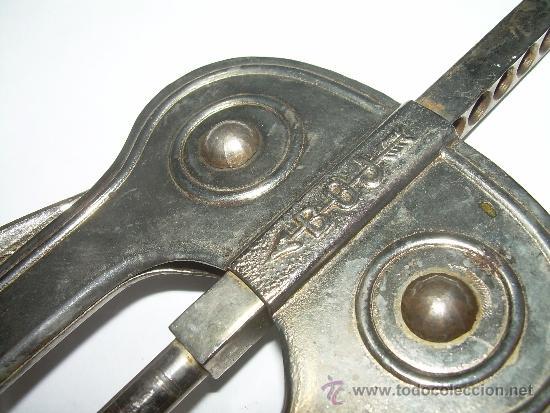 Abrebotellas y sacacorchos de colección: ANTIGUO SACACORCHOS METALICO....MARCA....BOJ - Foto 2 - 37430908