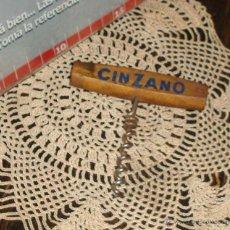 Abrebotellas y sacacorchos de colección: ANTIGUO SACACORCHOS -CINZANO- ARGENTINA 1970 MADERA Y ACERO. Lote 42625818