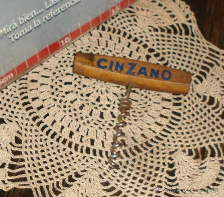 Abrebotellas y sacacorchos de colección: ANTIGUO SACACORCHOS -CINZANO- ARGENTINA 1970 MADERA Y ACERO - Foto 2 - 42625818