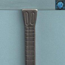 Abrebotellas y sacacorchos de colección: 0699 ABREBOTELLAS FORMA DE GUITARRA INOX VER FOTOS ADICIONALES. Lote 43147002