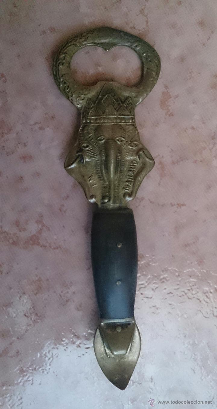 Abrebotellas y sacacorchos de colección: Antiguo abridor en bronce y madera con dios Ganesha en relieve . - Foto 2 - 47121140