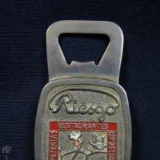 Abrebotellas y sacacorchos de colección: ABREBOTELLAS ESMALTADO METAL BLANCO RIESGO REPOSTERIAS CAFETERIAS MADRID 8,8X5CMS. Lote 51611222
