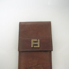 Abrebotellas y sacacorchos de colección: ABREBOTELLAS METÁLICO CON FUNDA DE PIEL MARRÓN - OBJETO CURIOSO. Lote 67191581