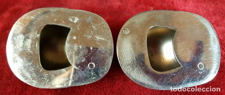 Abrebotellas y sacacorchos de colección: PAREJA DE ABREBOTELLAS CON FORMA DE CASCO. METAL PLATEADO. CIRCA 1960. - Foto 5 - 93574490