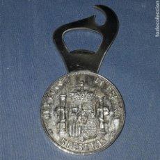 Abrebotellas y sacacorchos de colección: GRAN ABRIDOR CON MONEDA 5 PESETAS 1885 IMITACION. Lote 101780078
