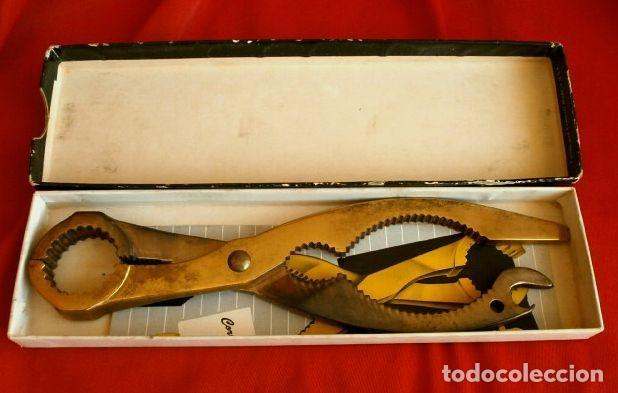 Abrebotellas y sacacorchos de colección: AMI OPEN-ALL (Made in USA años 60) Abre todo, Sacacorchos cava, cascanueces, abrebotellas, abrelatas - Foto 3 - 114908935