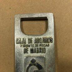 Abrebotellas y sacacorchos de colección: ABRIDOR METÁLICO CAJA DE AHORROS Y MONTE DE PIEDAD DE DE MADRID. Lote 114981215