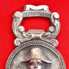 Abrebotellas y sacacorchos de colección: ANTIGUO ABREBOTELLAS MEDALLA NAPOLEON SOUVENIR DE PARIS FRANCIA AÑOS 50. Lote 54029181