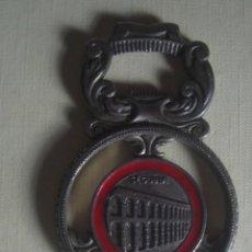 Abrebotellas y sacacorchos de colección: MUY RARO Y ANTIGUO ABRIDOR/ABREBOTELLAS DE ALPACA. ALCÁZAR Y ACUEDUCTO DE SEGOVIA.. Lote 117497867