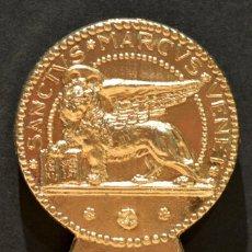 Abrebotellas y sacacorchos de colección: ANTIGUO ABREBOTELLAS MEDALLA EN BRONCE. Lote 142749346