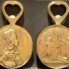 Abrebotellas y sacacorchos de colección: ABREBOTELLAS REPRODUCCION MEDALLA DE CORONACION LUIS XV 1722 CATEDRAL FRANCIA EN BRONCE MACIZO. Lote 142769294