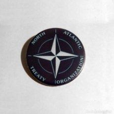 Abrebotellas y sacacorchos de colección: OTAN - LOGO ABREBOTELLAS 59MM (CON IMAN PARA NEVERA). Lote 82654912