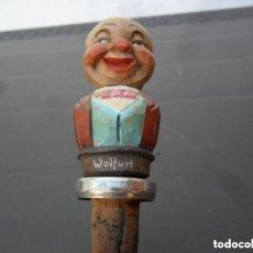 Abrebotellas y sacacorchos de colección: TAPÓN EN MADERA TALLADA Y POLICROMADA CON TAPÓN DOSIFICADOR - ANTIGUO. Lote 155018074