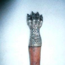 Abrebotellas y sacacorchos de colección: ABREBOTELLAS VINTAGE EN FORMA DE GARRA. ACERO Y MADERA. Lote 178243331