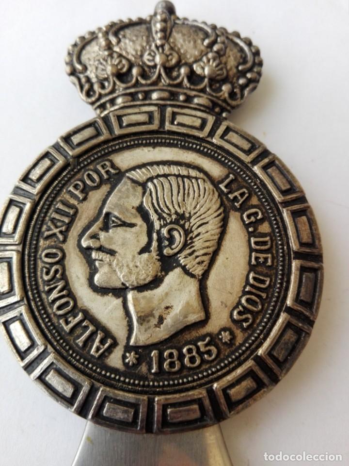 Abrebotellas y sacacorchos de colección: RARO ABRIDOR DE 5 pesetas de rey Alfonso XII 1885 - Foto 3 - 182764756
