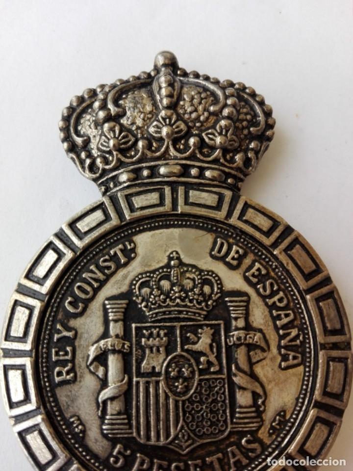 Abrebotellas y sacacorchos de colección: RARO ABRIDOR DE 5 pesetas de rey Alfonso XII 1885 - Foto 5 - 182764756