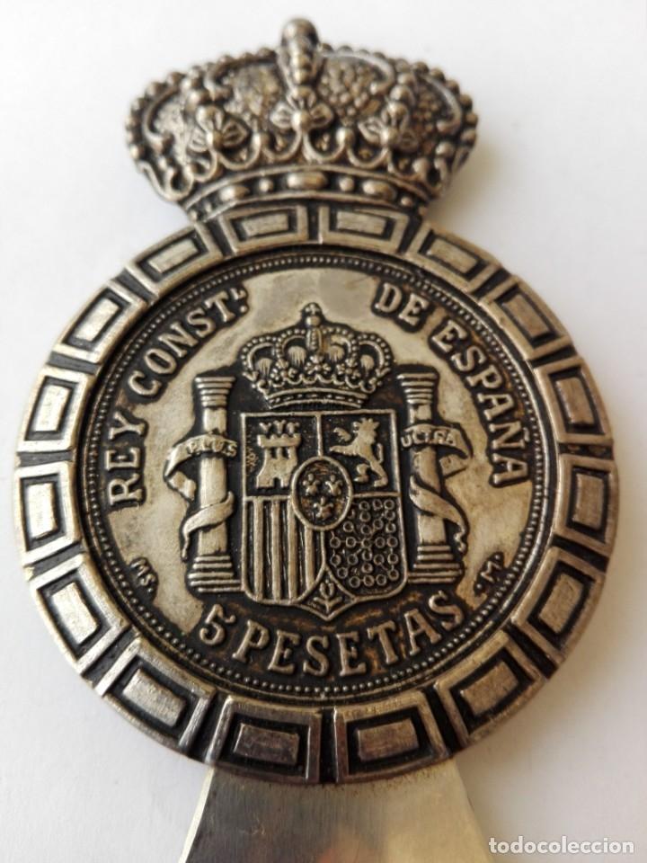 Abrebotellas y sacacorchos de colección: RARO ABRIDOR DE 5 pesetas de rey Alfonso XII 1885 - Foto 6 - 182764756