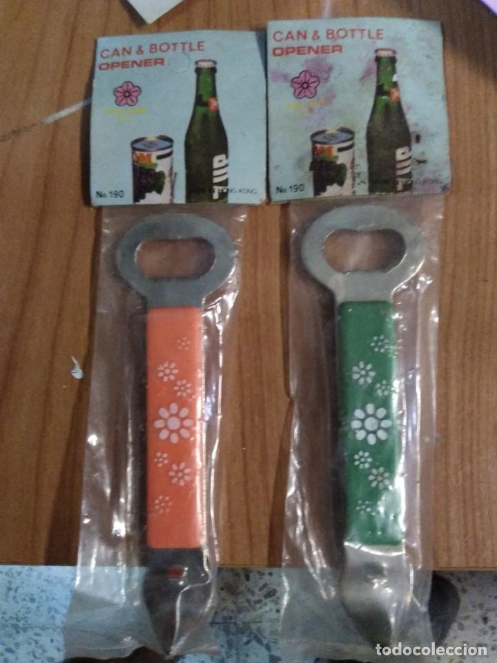 Abrebotellas y sacacorchos de colección: 2 Abrebotellas abrelatas sacatapas en su bolsa can & bottle opener. Años 70/80 aproximadamente - Foto 2 - 193823853