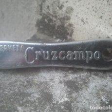 Abrebotellas y sacacorchos de colección: CERVEZA - CRUZCAMPO - MUY ANTIGUO ABRIDOR. Lote 198990736