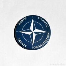 Abrebotellas y sacacorchos de colección: OTAN - LOGO ABREBOTELLAS 59MM (CON IMAN PARA NEVERA). Lote 221979255