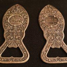 Abrebotellas y sacacorchos de colección: ANTIGUO ABREBOTELLA DE METAL PLATEADO CON MONEDAS VENEZIA. Lote 222897308